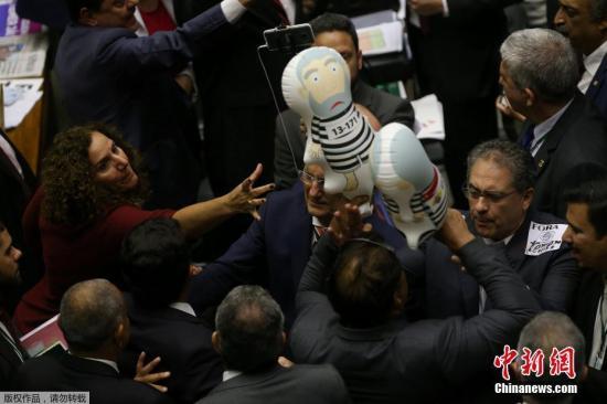 当地时间2017年8月2日,巴西巴西利亚,巴西总统特梅尔因涉嫌受贿案在今年6月被正式起诉,巴西国会众议院当天投票决定是否将这起诉讼提交最高法院审理。