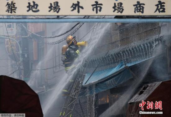 当地时间8月3日,日本东京筑地鱼市发生火灾,消防人员赶赴现场救火,火灾现场浓烟滚滚。