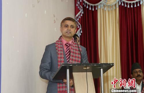"""当地时间8月3日,由尼泊尔主要新闻媒体从业者发起成立的中尼媒体友好协会在加德满都举行成立仪式暨""""一带一路""""研讨会,该协会于7月24日在尼泊尔政府注册成功。图为中尼媒体友好协会主席杜鲁巴发言。中新社记者 张晨翼 摄"""