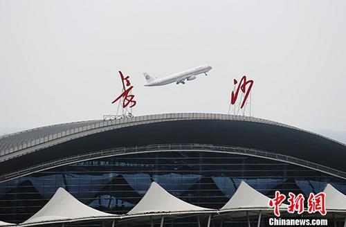 资料图:8月2日,一架飞机从长沙黄花国际机场上空飞过。 中新社记者 杨华峰 摄