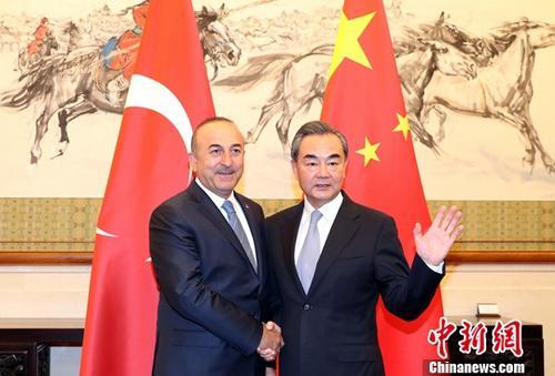 8月3日,中国外交部长王毅(右)在北京与土耳其共和国外交部长梅夫吕特・恰武什奥卢举行中土外长磋商机制第二次会议。<a target='_blank' href='http://www.chinanews.com/'>中新社</a>记者 张宇 摄
