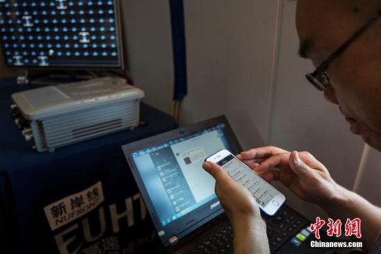 资料图:高铁超高速无线通信(EUHT)技术在京津城际高铁列车上进行演示。记者 侯宇 摄
