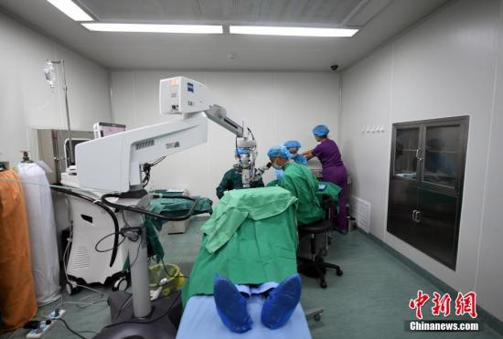 资料图:白内障手术 记者 李进红 摄