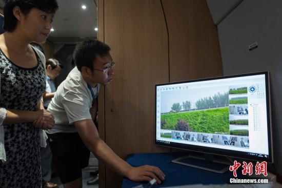 8月4日,高铁超高速无线通信(EUHT)技术在京津城际高铁列车上进行演示。经测试,由广东新岸线公司提供技术及系统集成的EUHT技术在时速300公里的高铁运行途中,通信切换可靠性达到100%,平均通信延时5ms,空口时延小于1ms,平均传输带宽达到150Mbps,超过目前世界最先进的第四代移动通信技术(4G)10倍以上,达到下一代(5G)技术提出的性能指标要求。图为工作人员实际演示经该技术向车内实时高质量回传的沿线摄像头拍摄的场景。 <a target='_blank' href=