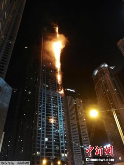 """据外媒8月3日报道,阿联酋迪拜政府新闻中心表示,当地世界最高居民楼之一火炬大厦中的人员已被疏散。此前有报道称,这座86层高的大楼起火。新闻中心在推特上称:""""民防部门成功疏散了大楼,并正努力控制火势。""""据称,火灾未造成人员伤亡。该大楼曾于2015年失火,同时,修复工作尚未完成。"""