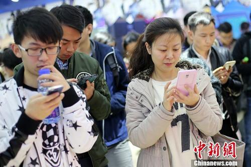 8月4日,中国互联网络信息中心(CNNIC)在北京发布第40次中国互联网络发展状况统计报告。截至2017年6月底,中国网民规模达到7.51亿,互联网普及率达到54.3%;手机网民规模达7.24亿,网民使用手机上网的比例由2016年底的95.1%提升至96.3%。图为南京市民使用手机参加网络互动游戏。(资料照片)中新社记者 泱波 摄