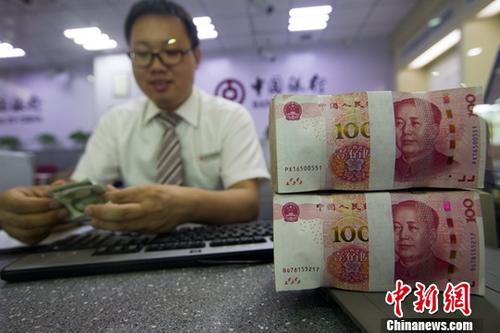 8月4日,山西太原,银行工作人员清点货币。当日,来自中国外汇交易中心的数据显示,人民币对美元汇率中间价报6.7132,较前一交易日走高79个基点。中新社记者 张云 摄