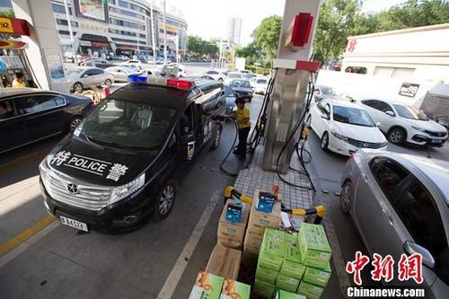 8月4日,山西太原,大量车辆赶在油价上调之前来加油。<a target='_blank' href='http://www.chinanews.com/'>中新社</a>记者 张云 摄