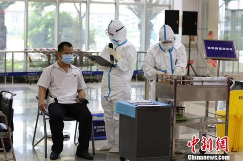 8月4日上午,广东顺德出入境检验检疫局联合公安、卫计、边检、海关、顺港客运公司等单位在顺德客运港举行了一场突发公共卫生应急处置演练。图为检验检疫人员对发热旅客进行流行病学调查。<a target='_blank' href='http://www-chinanews-com.shyoumingtang.com/'>中新社</a>记者 刘盛莹 摄