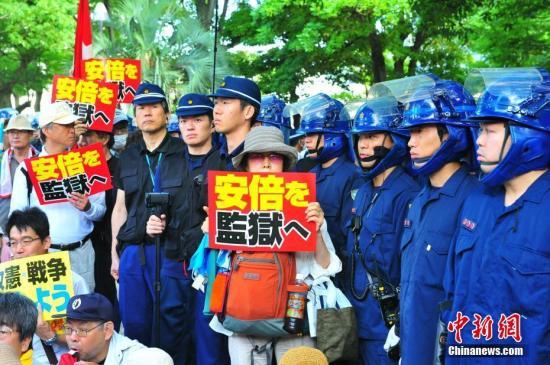 8月6日,广岛市的原爆圆顶馆纪念碑前,聚集了数百名反对首相安倍晋三的民众。 <a target='_blank' href='http://www.chinanews.com/'>中新社</a>记者 吕少威 摄