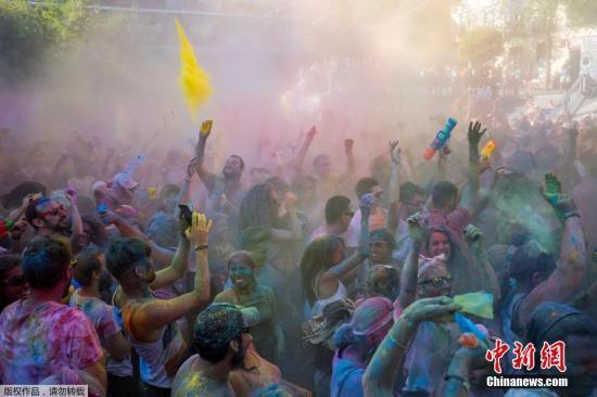 """当地时间2017年8月5日,西班牙马德里,洒红节当天,西班牙民众互相喷洒彩粉狂欢庆祝。洒红节又称""""胡里节""""、""""色彩节""""。"""