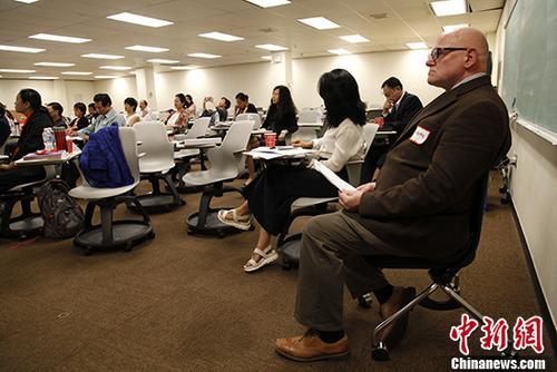 当地时间8月5日,由加拿大华文教育学会主办的第五届国际中文教学研讨会在多伦多举行。图为有30年中文教学经验的怀雅逊大学教授司徒祥文(John Edward Stowe,右一)参与研讨会。 <a target='_blank' href='http://www.chinanews.com/'>中新社</a>记者 余瑞冬 摄
