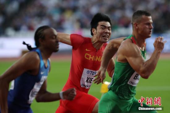 8月6日,谢文骏(左二)在竞赛中。当日,在伦敦举办的2017年世界田联世界田径锦标赛男人110米栏半决赛中,谢文骏名列半决赛总成果第12名,无缘决赛。记者 韩海丹 摄