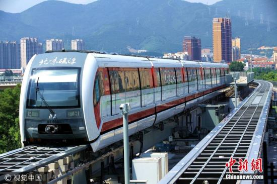 8月5日,北京,磁浮列车在轨测试。北京磁悬浮示范线,又称北京地铁S1线,目前正在轨道测试运行。S1线是北京首条磁悬浮线路,一期工程全长10公里,起点为北京石景山区的苹果园站,终点为门头沟区的石厂站。李长山 摄 图片来源:视觉中国