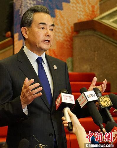 中国外交部长王毅8月6日在菲律宾马尼拉出席中国-东盟外长会后,举行中外媒体吹风会。王毅表示,今年是东盟成立50周年,明年将是中国-东盟建立战略伙伴关系15周年,中国与东盟的关系面临提质升级的重要机遇。中国与东盟的关系面临提质升级的重要机遇。与会外长一致同意,中国和东盟要打造更高水平的战略伙伴关系,构建更为紧密的中国-东盟命运共同体。当天还签署了《关于建立中国-东盟中心的谅解备忘录》修订版。 中新社记者 关向东 摄