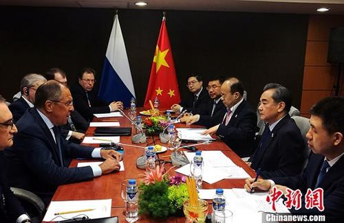 8月6日,中国外交部长王毅在菲律宾首都马尼拉出席东亚合作系列外长会期间,会见俄罗斯外长拉夫罗夫。<a target='_blank' href='http://www.chinanews.com/'>中新社</a>记者 关向东 摄
