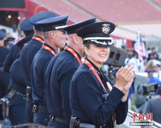 当地时间8月7日下午,第17届世界警察消防运动会开幕式在美国洛杉矶纪念体育场举行。图为美国警方与会人士。 中新社记者 张朔 摄