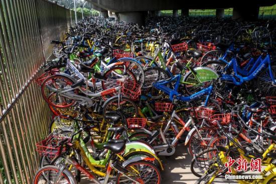 """8月8日,数千辆共享单车被""""遗弃""""在北京一高架桥下。 中新社记者 贾天勇 摄"""