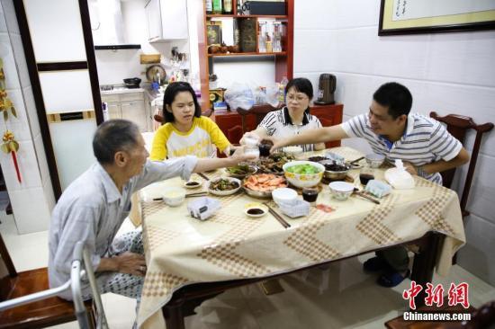 葛莉萍的女儿杨舸昕今年初中毕业,为了庆祝女儿考上示范性高中,全家人举杯相庆。刘梦璇 摄