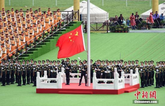 资料图:升国旗、奏唱国歌仪式。中新社记者 侯宇 摄