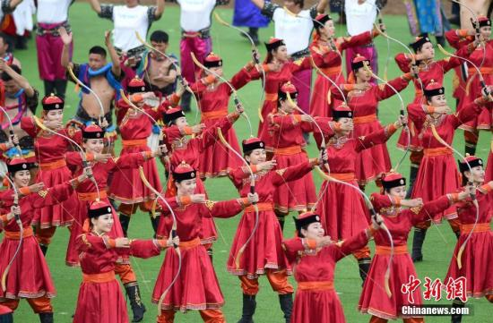 8月8日下午,庆祝内蒙古自治区成立70周年大会在呼和浩特举行,图为群众行进表演。记者 侯宇 摄