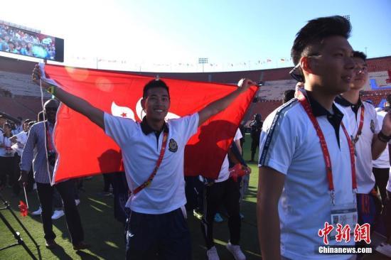 图为中国香港代表团入场受到热烈欢迎。 中新社记者 张朔 摄