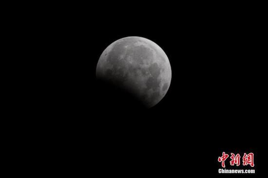 资料图:月偏食景观。 武俊杰 摄