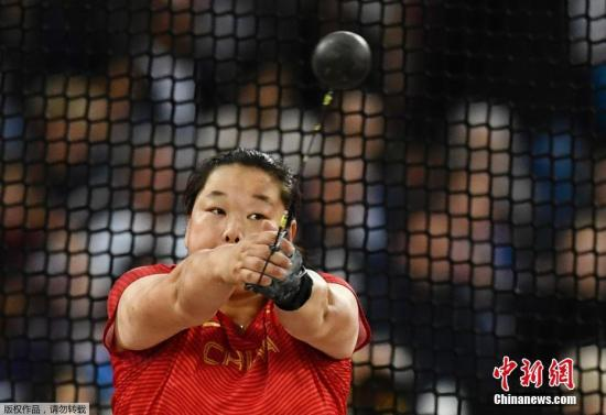北京时间8月8日凌晨,在伦敦进行的2017年世界田径锦标赛结束了女子链球决赛争夺,亚洲纪录保持者、中国选手王峥发挥出色,她以75米98的成绩获得亚军!这是中国军团在本次世锦赛上的首块奖牌,也是王峥在世界大赛上的首块奖牌。世界纪录保持者、波兰选手沃洛达奇克以77米90获得冠军,这是她个人第三次赢得世锦赛冠军。上届世锦赛亚军张文秀,也在本场比赛里表现出赛季最佳状态,她以74米53获得第四,波兰另一选手科普隆以74米76获得第三。