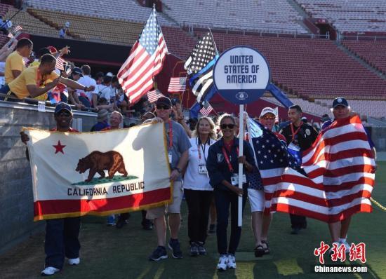 图为东道主美国代表团入场受到热烈欢迎。 中新社记者 张朔 摄