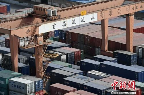 中国海关总署8月8日发布数据显示,2017年前7个月,中国货物贸易进出口总值15.46万亿元人民币,比去年同期(下同)增长18.5%。其中,出口8.53万亿元,增长14.4%;进口6.93万亿元,增长24%。图为成都国际铁路港一排排载满即将出口货物的集装箱。(资料图)记者 张浪 摄