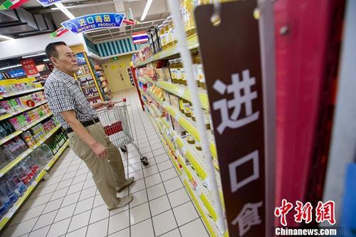 8月8日,山西太原,民众在超市挑选进口商品。记者 张云 摄