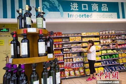 资料图:民众在超市挑选进口商品。中新社记者 张云 摄