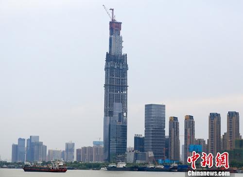 图为8月7日拍摄的正在建设中的武汉绿地中心。<a target='_blank' href='http://www.chinanews.com/'>中新社</a>记者 张畅 摄