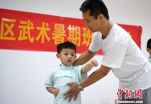 暑假期间,安徽省合肥市十里庙社区开办少儿国术班,辖区小朋友可以免费学习武术,感受传统武术文化。中新社记者 韩苏原 摄