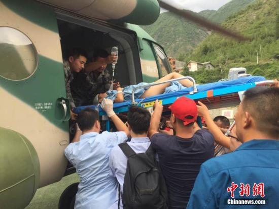 8月9日,九寨沟县人民医院的重伤员被运上直升机,即将前往四川省人民医院接受治疗。 图片来源:四川省人民医院