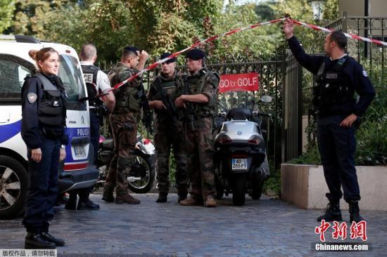 """受伤的巡逻士兵属于""""步哨行动""""组(Operation Sentinelle),该行动自2015年法国恐袭事件后成立。"""