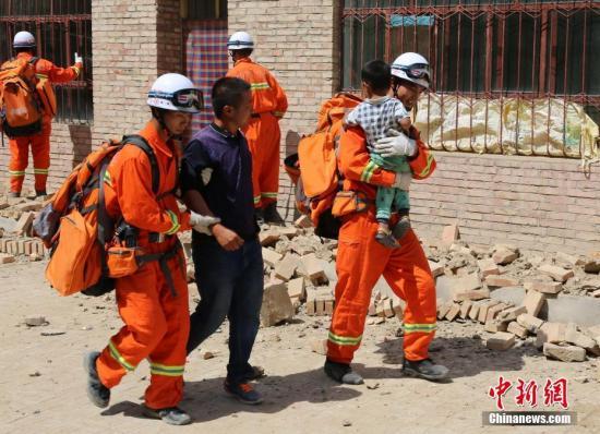 消防官兵转移受灾民众。 <a target='_blank' href='http://www.chinanews.com/'>中新社</a>发 赵娜 摄