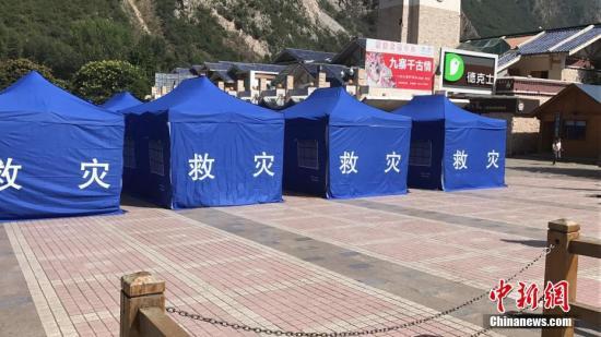 8月8日21时19分在四川阿坝州九寨沟县发生7.0级地震,震源深度20千米。图为震区搭建完成的救灾帐篷。记者 杨勇 摄