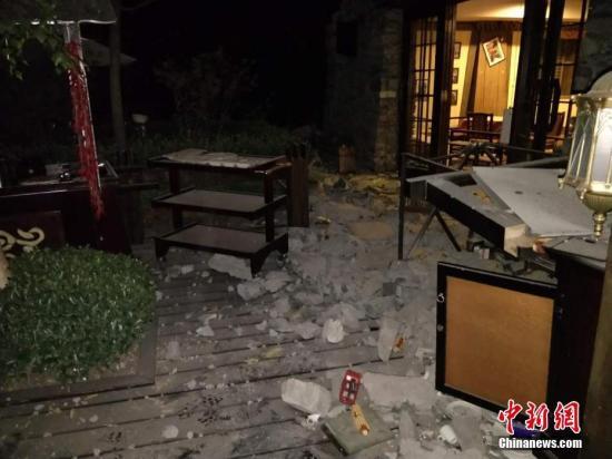 一间在地震中受损的房屋。 图片来源:阿坝消防