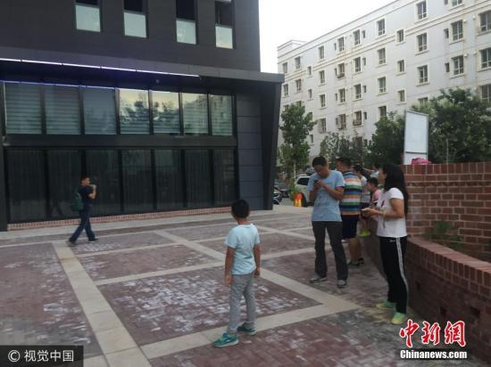 8月9日,新疆伊宁市有强烈震感,居民外出避险。高天 摄 图片来源:视觉中国