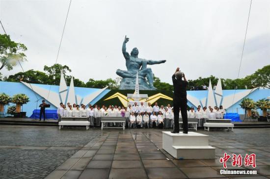 """8月9日,""""原子弹爆炸72周年遇难者悼念暨和平祈愿仪式""""在日本长崎市和平公园举行。 中新社记者 吕少威 摄"""