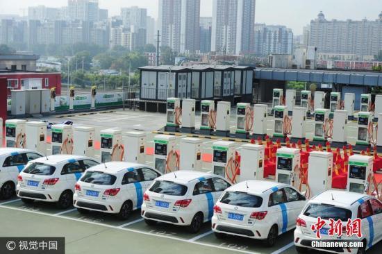 资料图:北京一处电动汽车充电处 图片来源:视觉中国