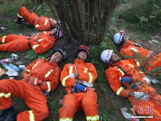 8月9日16时,南充消防18名官兵和1条搜救犬组成的轻型救援队即将抵达本次九寨沟地震灾区,距离震中还有20km。经过近17个小时的长途驰援,官兵和搜救犬略显疲惫,他们抓紧时间养精蓄锐,时刻准备着到达震中过后,全身心投入到紧张的营救工作中。 图片来源:四川消防