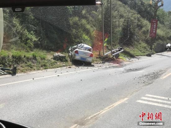 8月8日21时19分在四川阿坝州九寨沟县发生7.0级地震,震源深度20千米。图为受损的汽车停在路上。中新网记者 杨勇 摄