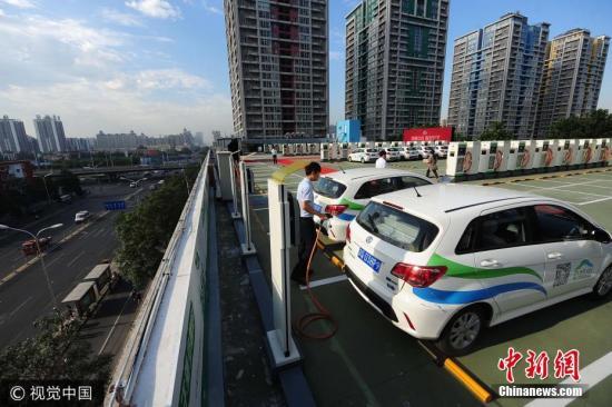 资料图:新能源汽车在充电。 图片来源:视觉中国