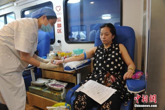 8月8日21时19分在四川阿坝州九寨沟县发生7.0级地震,震源深度20千米。截至9日上午10点,成都市12个献血点共接待197位爱心市民,其中118位成功捐献血液。黄文杰 摄