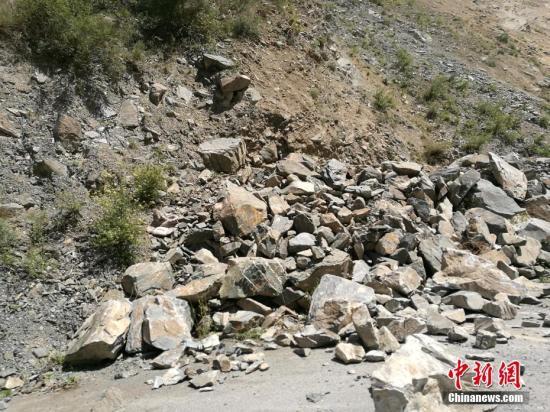 8月8日21时19分在四川阿坝州九寨沟县发生7.0级地震,震源深度20千米。图为地震发生后部分山体出现垮塌。安源 摄