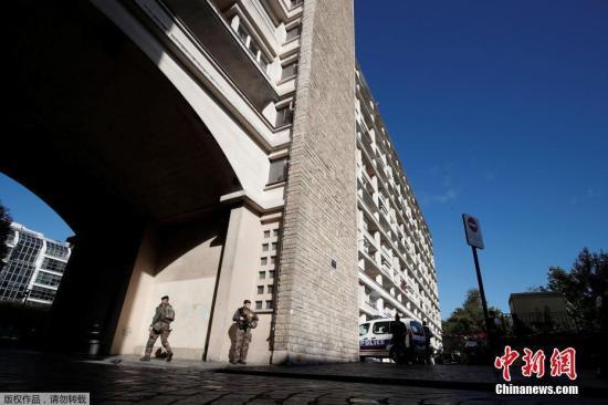 警方表示,一名男子驾车冲撞士兵,造成至少6名士兵受伤,其中2人伤势严重。