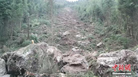 8月9日,四川阿坝消防官兵徒步进入震区搜救。图为山体垮塌,巨石从山上滚下。 阿坝消防 供图