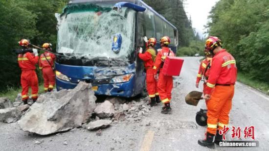 阿坝消防官兵徒步进入震区搜救 。阿坝消防 供图